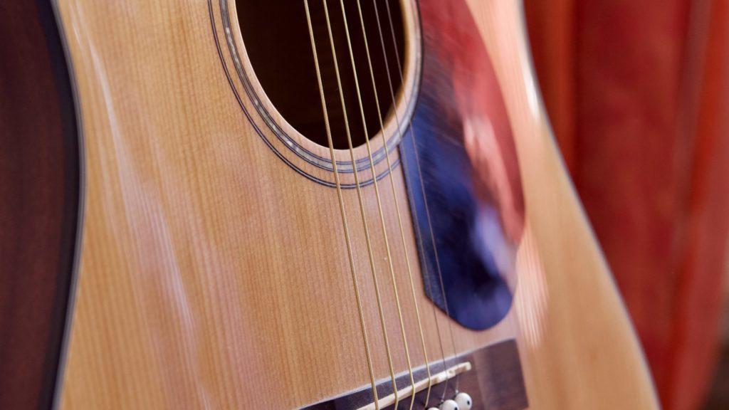 Gitarre im Wohnzimmer